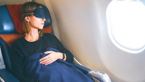 快適な空の旅は、持ち物で決まる?飛行機での過ごし方に関する調査