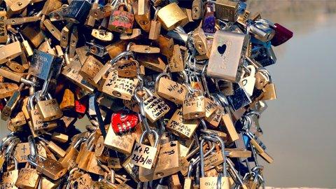 2人だけの愛に鍵をかけて。恋人たちの聖地「愛の南京錠スポット」5選