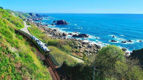 日本海の海岸線を走る、五能線「リゾートしらかみ」で絶景列車旅