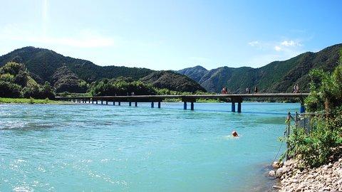 日本最後の清流で風になる。高知・四万十川にかかる「沈下橋」6選