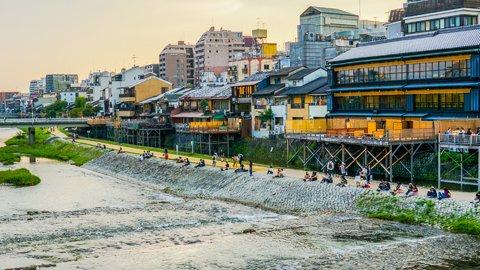 鴨川に現れる「等間隔カップル」…他県民が戸惑う京都府民あるある