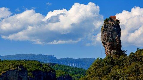 40mの高さにポツンと一軒家…世界の美しくも奇妙な「岩柱」7選