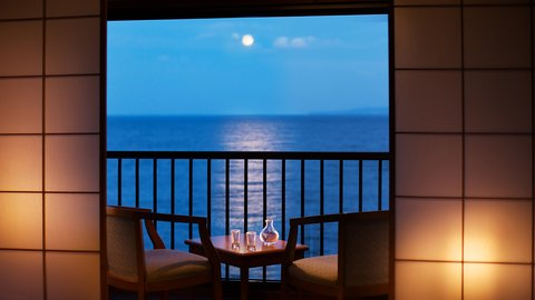 月が映し出す一本道。ムーンロードが見える伊豆の名旅館「つるや吉祥亭」