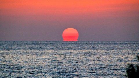 神々しいニッポンの超自然現象。秋冬が見ごろの絶景「だるま夕日」