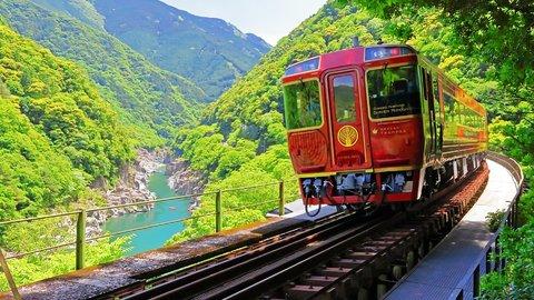 車窓から眺める四国の絶景。観光列車「四国まんなか千年ものがたり」