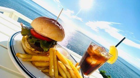 まるでアメリカ西海岸気分。絶景広がるハンバーガー店「LUVIT HAYAMA」