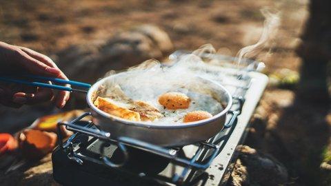コンパクトすぎる焚き火台も!いま最も人気な「アウトドア・キャンプ」用品ランキング(21/2/4付)