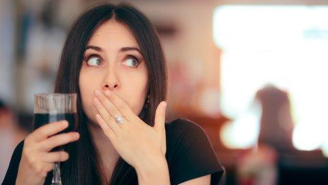 おどかすだけじゃない!世界の面白い「しゃっくり」を止める方法3選