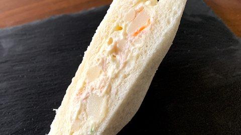 【ファミマ】40%増量した人気のサンドイッチのボリュームが神…!