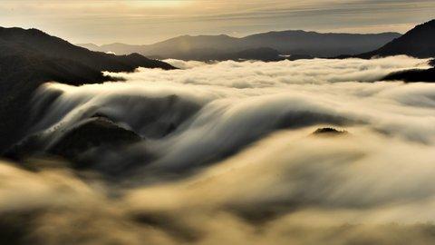 雲海よりも珍しい、絶景の「枝折峠の滝雲」に出会える条件とは?【新潟】